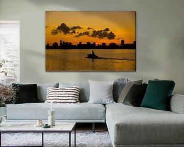 Sonnenuntergang auf dem See Silhouette eines Bootes