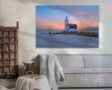 Leuchtturm Het Paard van Marken auf dem IJsselmeer bei Marken in den Niederlanden mit Sonnenuntergan von Nisangha Masselink