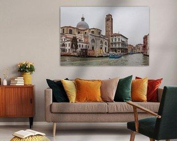 Alte Gebäude mit Kirche am Kanal in der Altstadt von Venedig, Italien von Joost Adriaanse