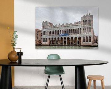 Kanalseitiger Palast in der Altstadt von Venedig, Italien von Joost Adriaanse