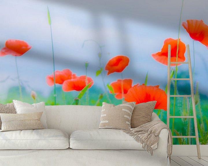 Sfeerimpressie behang: Wilde klaprozen in een veld van Jille Zuidema