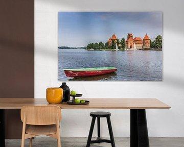 Burg Trakai und ein kleines Boot auf dem Galve-See von Marc Venema