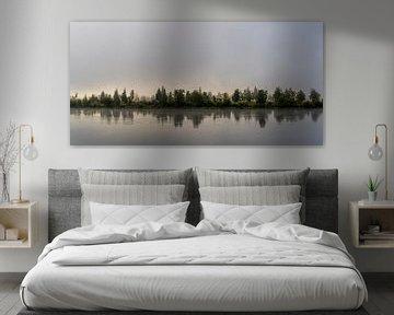 Reka Biryursa Fluss mit Bäumen im Morgennebel. von Daan Kloeg