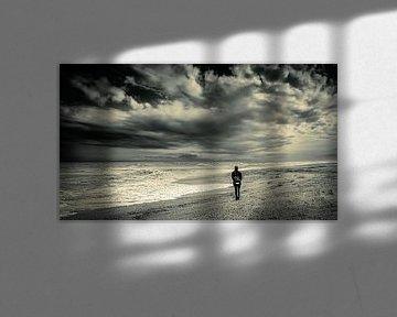 Man eenzaam op strand met stormwolken in zwart-wit van Dieter Walther