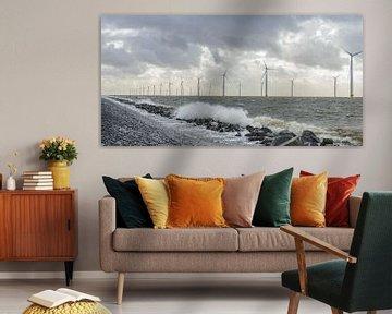Offshore windpark met windmolens in het IJsselmeer van Sjoerd van der Wal