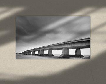 Ketelbrug in Flevoland tijdens een winterstorm in zwart-wit van Sjoerd van der Wal