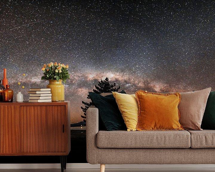 Sfeerimpressie behang: De sterrenhemel in Nieuw-Zeeland  met de melkweg in zicht. van Niels Rurenga