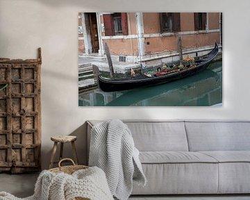 Gondola in oude stad Venetie, Italie van Joost Adriaanse