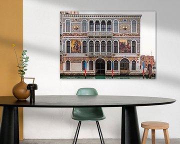 Paleis met mozaiek in oude stad Venetie, Italie van Joost Adriaanse