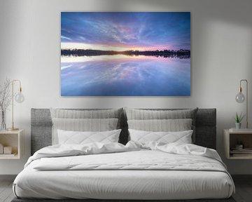 Kleurrijke zonsondergang bij het water van Marcel Kerdijk