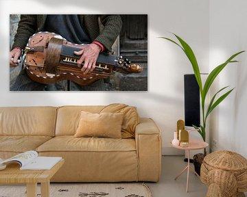 Close up van het historische snareninstrument een draailier van Harrie Muis