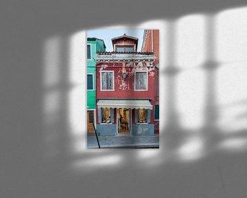 Kleurrijke winkel op eiland Burno naast oude stand  Venetie, Italie van Joost Adriaanse