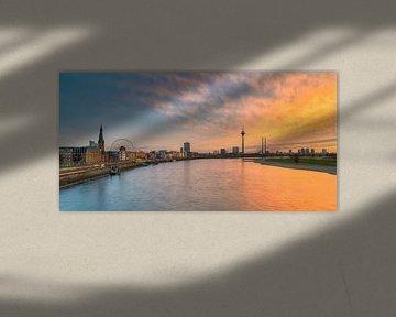 Düsseldorf skyline bij zonsondergang panorama van Michael Valjak