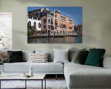 Oude gebouwen en steiger aan kanaal in Venetie, Italie van Joost Adriaanse