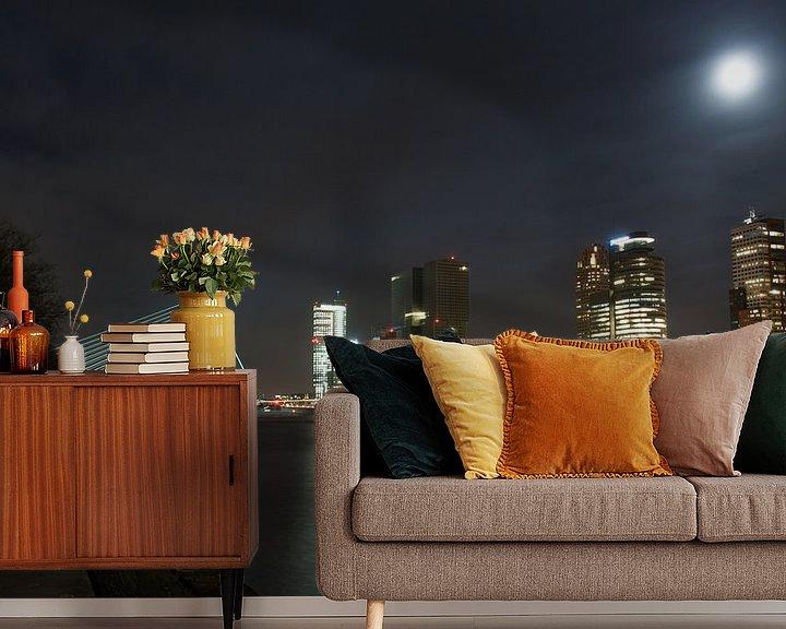Sfeerimpressie behang: Rotterdam bij nacht van Rogier Vermeulen
