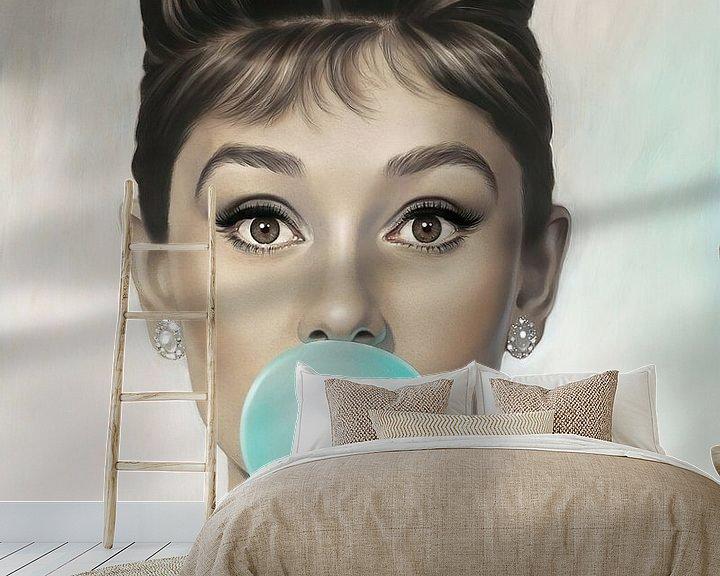 Sfeerimpressie behang: Audrey Hepburn Bubble Gum van David Potter