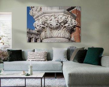 Beelden op zuil van Dogenpaleis in de oude stand Venetie, Italie van Joost Adriaanse