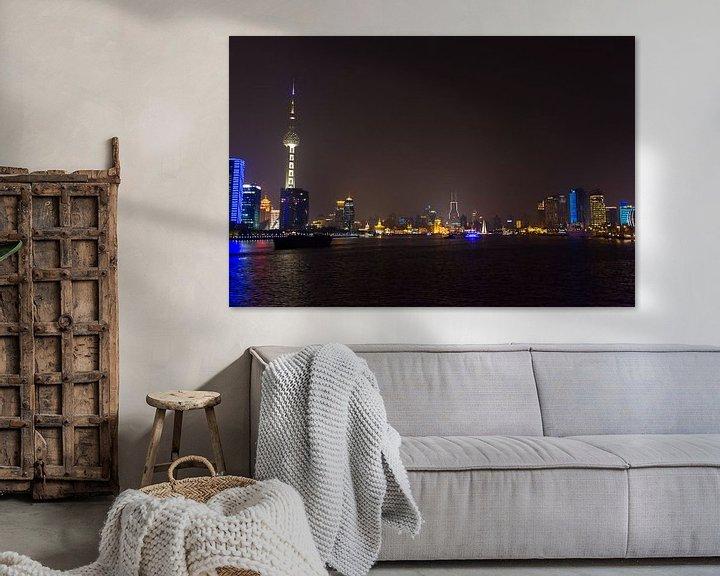 Sfeerimpressie: Skyline en Oriental Pearl Tower van Shanghai bij Nacht van Guido van Veen