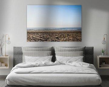 Zon, zee, strand met een heldere blauwe lucht van Linsey Aandewiel-Marijnen
