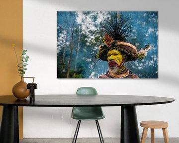Homme Huli vêtu de couleurs vives lors d'un festival en Papouasie-Nouvelle-Guinée. sur Ron van der Stappen
