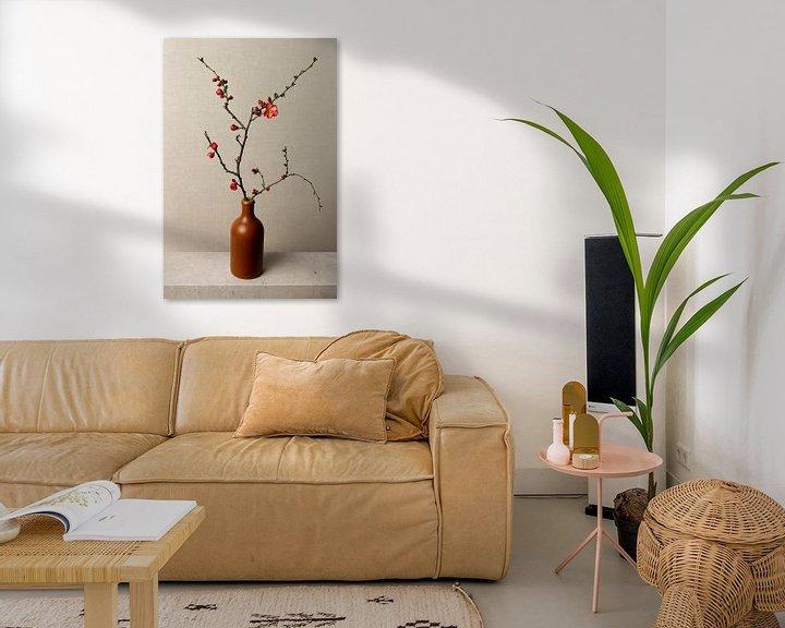 Beispiel: Blumenzweig in Vase, still leben japanischer Zierquitte, Japandi style von Joske Kempink