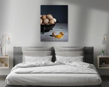 Stillleben mit einer Zinnschale mit einem Haufen Eier und einem zerbrochenen Ei auf einem weißen Tis von Leoniek van der Vliet