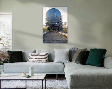 Zug mit Kesselwagen auf Eisenbahnschienen im Industriehafen von Magdeburg von Heiko Kueverling