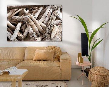 du bois usé échoué sur la plage sur Ronenvief