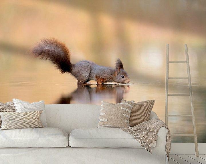 Sfeerimpressie behang: De drinkende eekhoorn van Larissa Rand