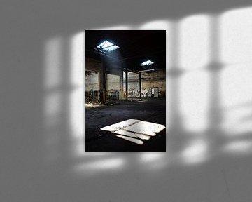 hereinfallendes Tageslicht durch ein Dachfenster in einer Fabrikhalle von Heiko Kueverling