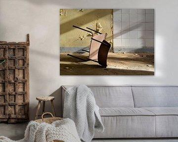 umgestürzter Stuhl in einer verlassenen Kaserne von Heiko Kueverling