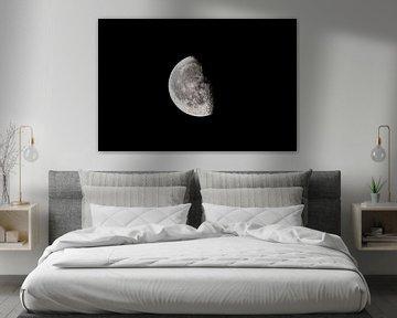 Maan met een duidelijk zichtbaar maanoppervlak aan de donkere nachthemel van Sjoerd van der Wal