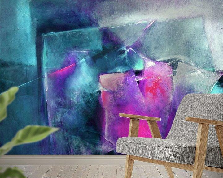 Sfeerimpressie behang: Abstracte compositie: helder magenta met turkoois van Annette Schmucker