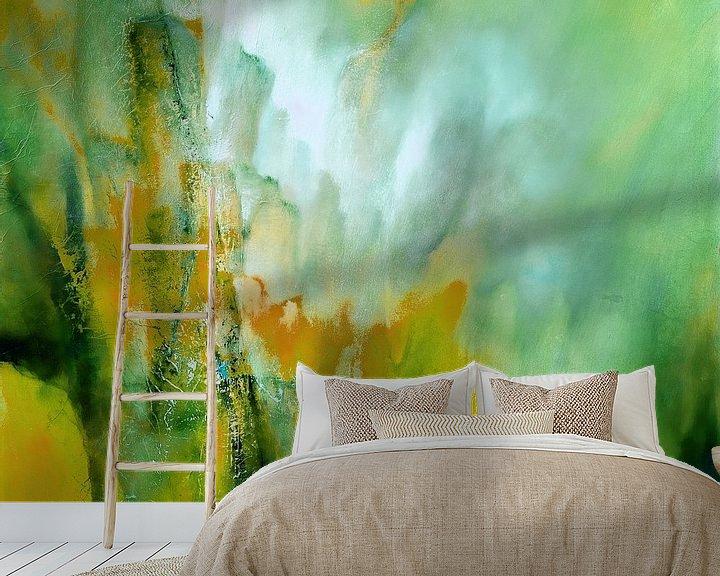 Sfeerimpressie behang: Abstracte compositie: Geel ontmoet groen van Annette Schmucker