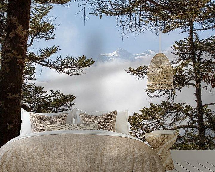 Sfeerimpressie behang: Doorkijkje Everest gebied. Nepal van Ton Tolboom