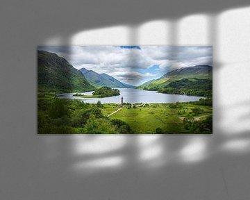 Weids uitzicht op Glenfinnan Monument bij Loch Shiel in Schotland van Arja Schrijver Fotografie