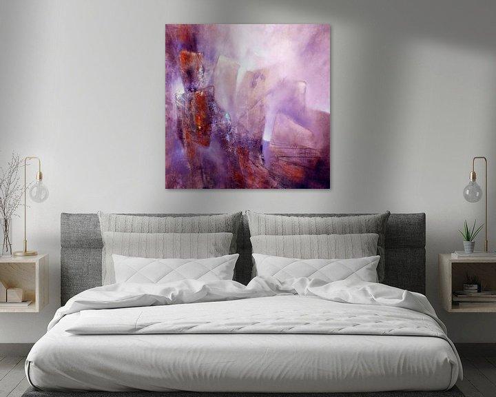 Sfeerimpressie: Abstracte compositie: violet, roos en sienna van Annette Schmucker