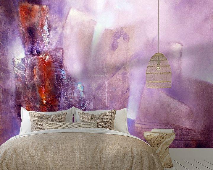 Sfeerimpressie behang: Abstracte compositie: violet, roos en sienna van Annette Schmucker