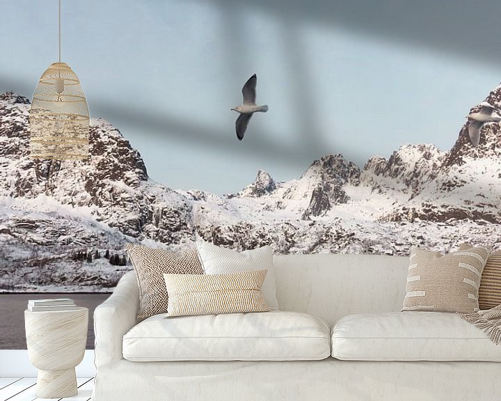 Sfeerimpressie behang: Vogel in Fjord, Noorwegen | Landschapsfotografie Lofoten | Fotoprint natuur sneeuw van Dylan gaat naar buiten