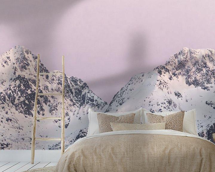Sfeerimpressie behang: Bergen in sneeuw bij zonsondergang   Roze pastel reisfotografie   Lofoten, Noorwegen van Dylan gaat naar buiten