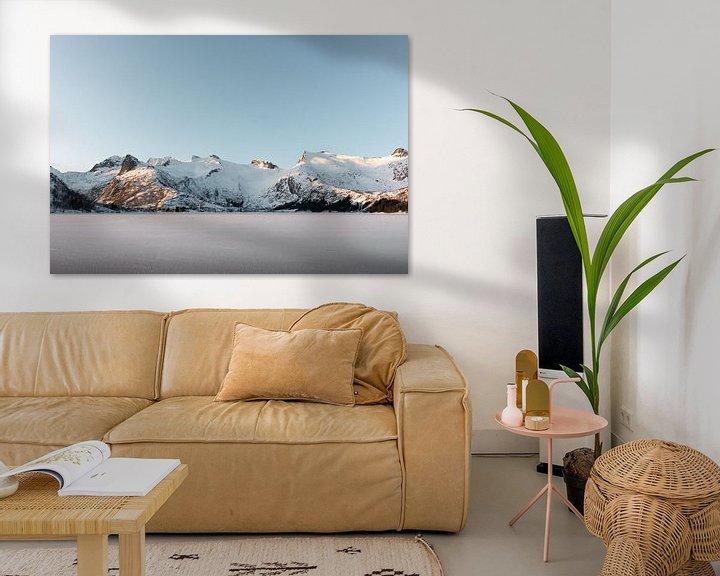Sfeerimpressie: Bevroren meer met besneeuwde bergen | Lofoten, Noorwegen | Natuurfotografie print van Dylan gaat naar buiten