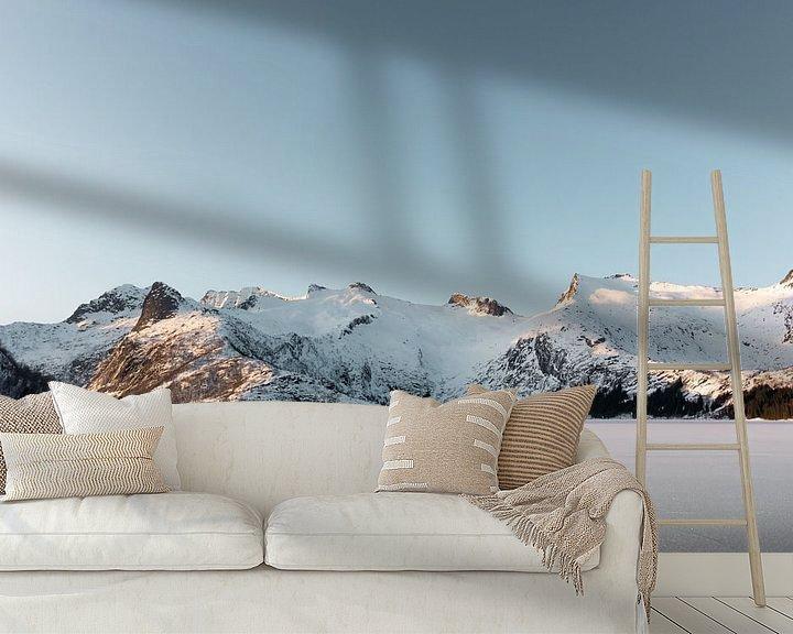 Sfeerimpressie behang: Bevroren meer met besneeuwde bergen | Lofoten, Noorwegen | Natuurfotografie print van Dylan gaat naar buiten