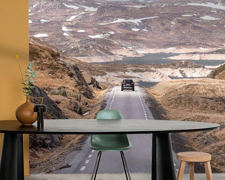 Sfeerimpressie behang: Auto op verlaten weg in Noors berglandschap | Reisfotografie Lofoten, Noorwegen van Dylan gaat naar buiten