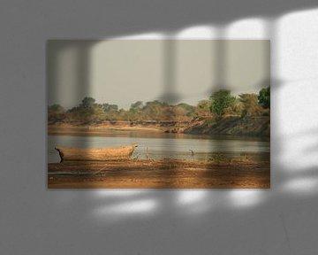 Houten vissersboot bij de rivier Zambia. Zen, rust van Bobsphotography