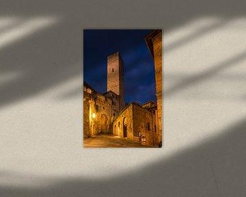 In de steegjes van San Gimignano bij nacht van Denis Feiner