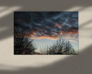 Maartse zonsondergang met dramatische ogende schaapjes wolken