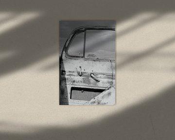 Oude verroeste kapotte autodeur. Zwart wit karakteristiek vintage van Bobsphotography