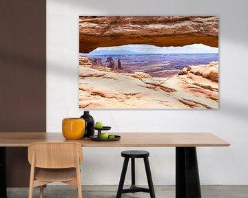 Uitzicht Mesa Arch bij Canyon Lands National Park in Amerika van Linda Schouw