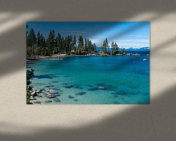 Het heldere blauwe water van Lake Tahoe, Californië van Linda Schouw