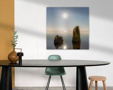 Oude golfbrekers in het IJsselmeer gespiegeld in het stilstaande water van Harrie Muis